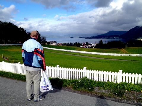 Arvid Sletta ser ut over Kyrksæterøra